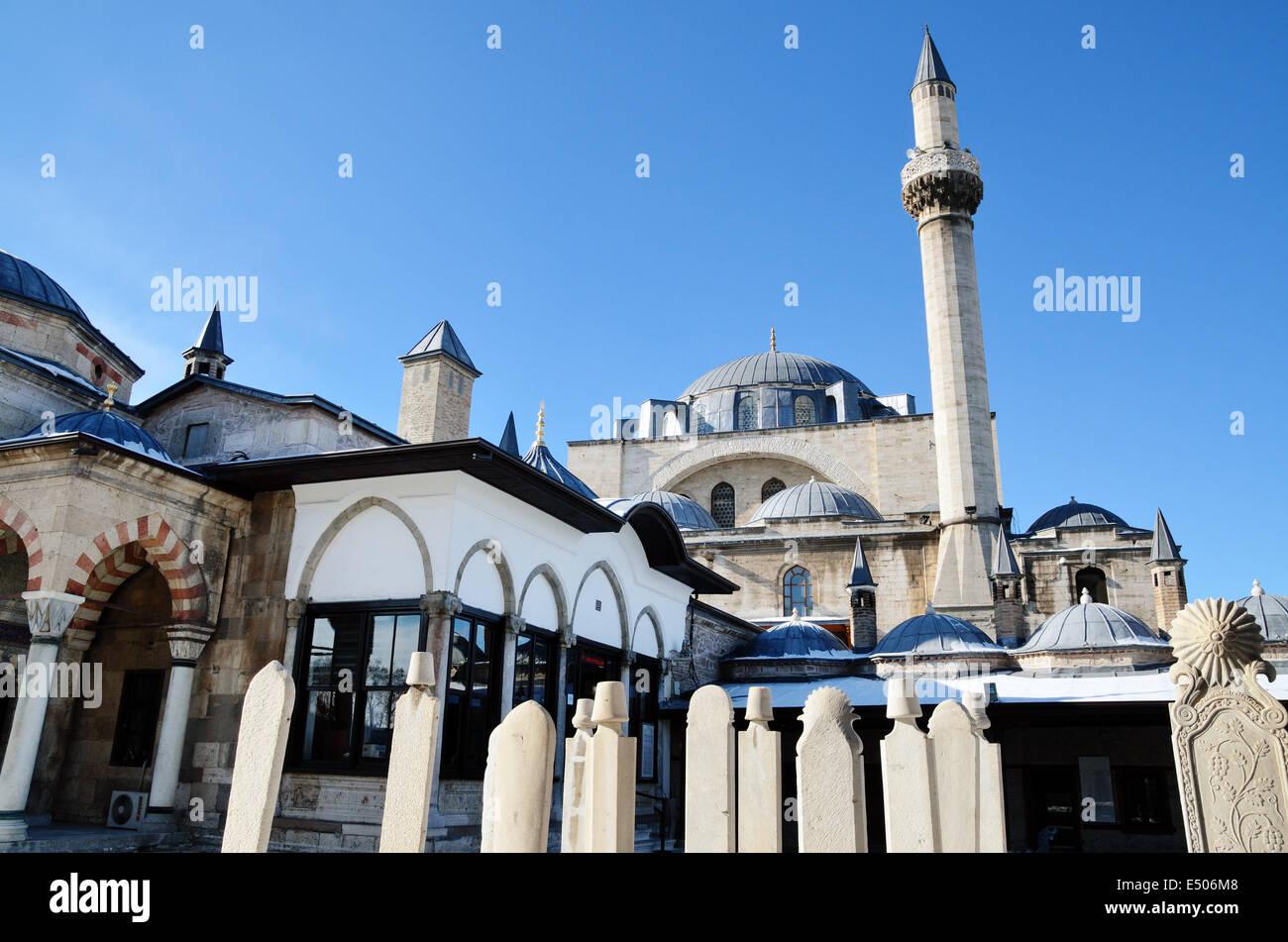 Cour de musée de Mevlana Celaleddin Rumi avec mosquée Mevlana en arrière-plan. Musée Mevlana Jalaluddin Rumi à Konya, Turquie Banque D'Images