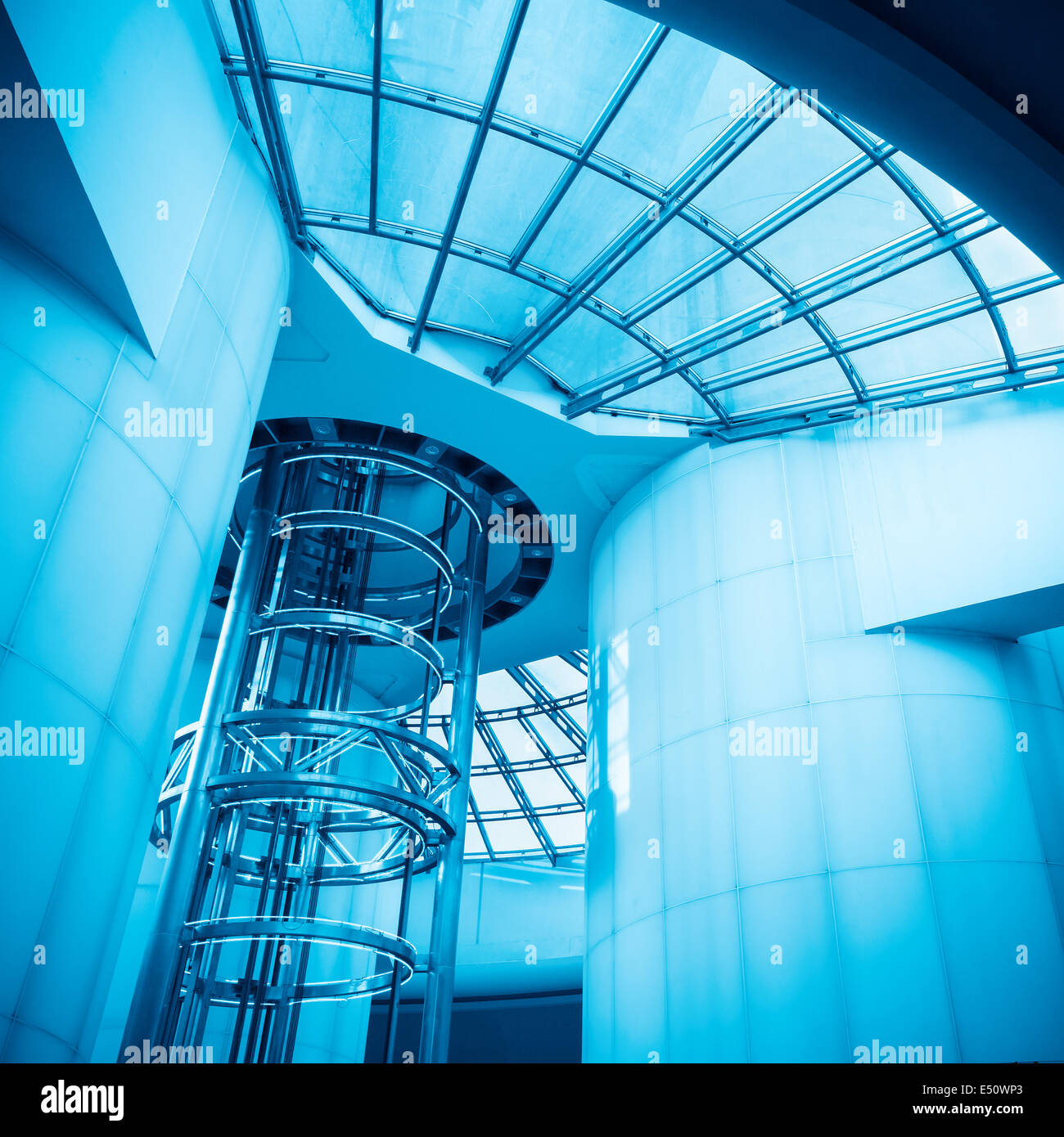 Ascenseur dans la tour moderne Photo Stock