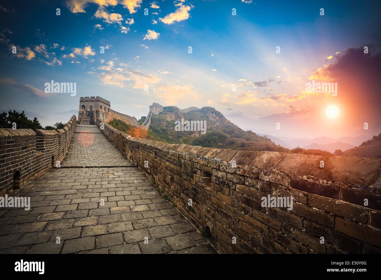 La grande muraille avec coucher du soleil glow Photo Stock