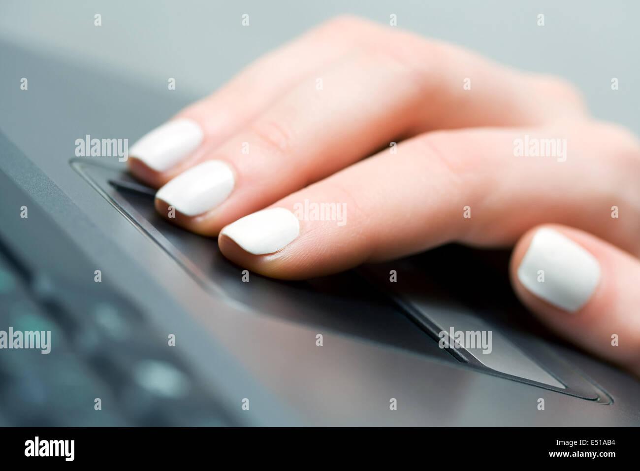 À l'aide de main de femme touchpad Photo Stock