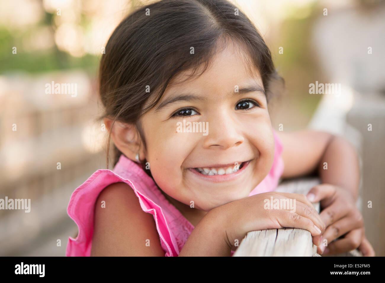 Un jeune enfant, une jeune fille souriant à la caméra. Photo Stock