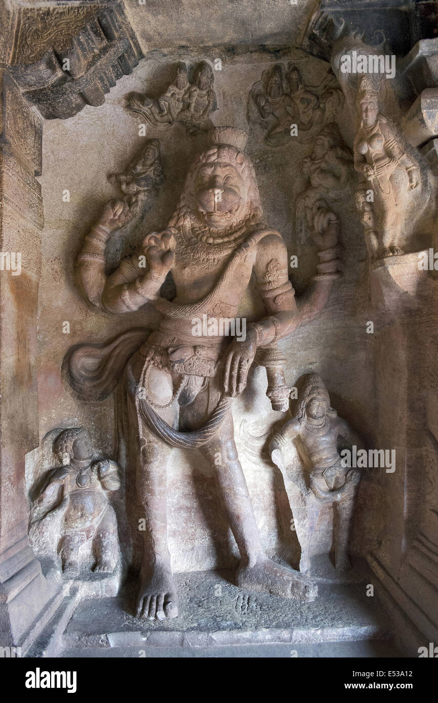 Cave 3: Seigneur Vishnu comme Narasimha. Badami Grottes, district de Bijapur, Karnataka, Inde Banque D'Images