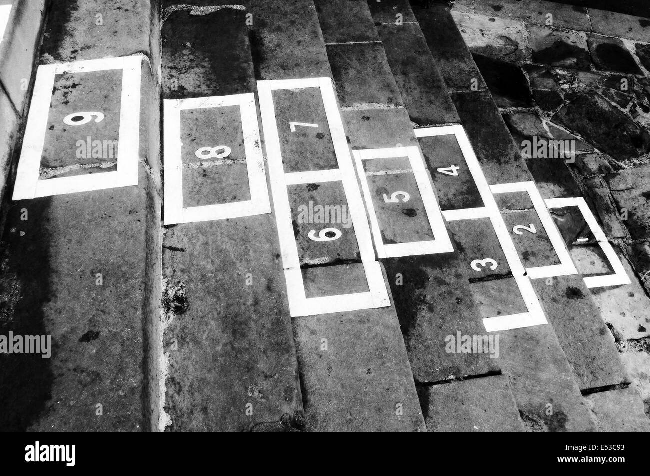 La petite enfance la marelle jeu sur le noir et blanc Banque D'Images