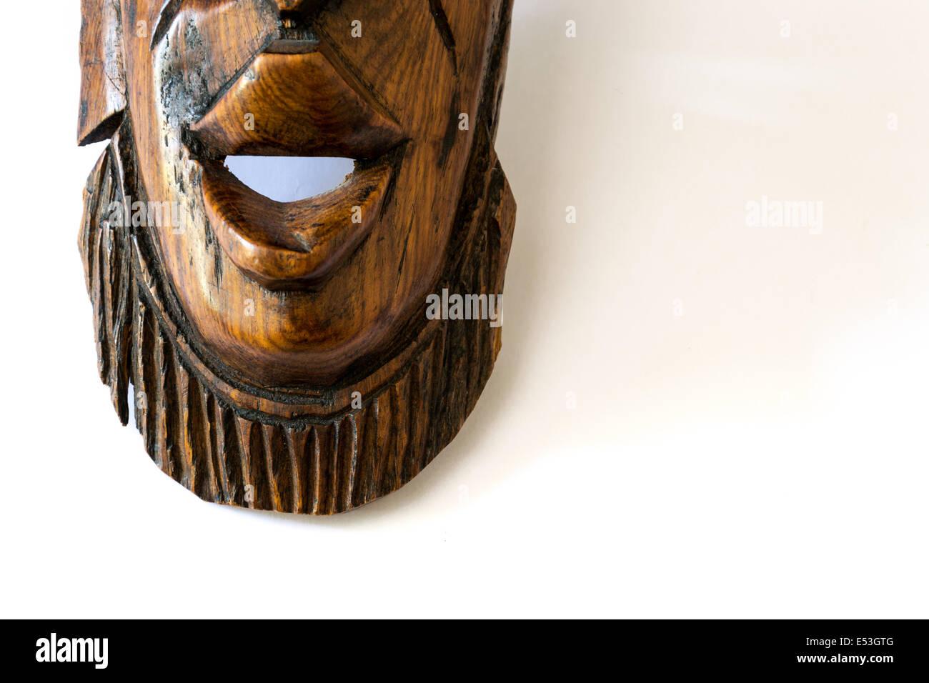 Masque africain en bois sur un papier blanc Banque D'Images