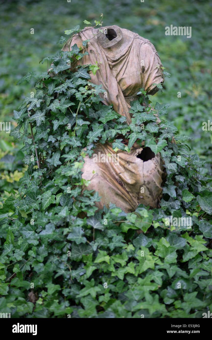 Sculpture du corps sans tête couverte de lierre Photo Stock
