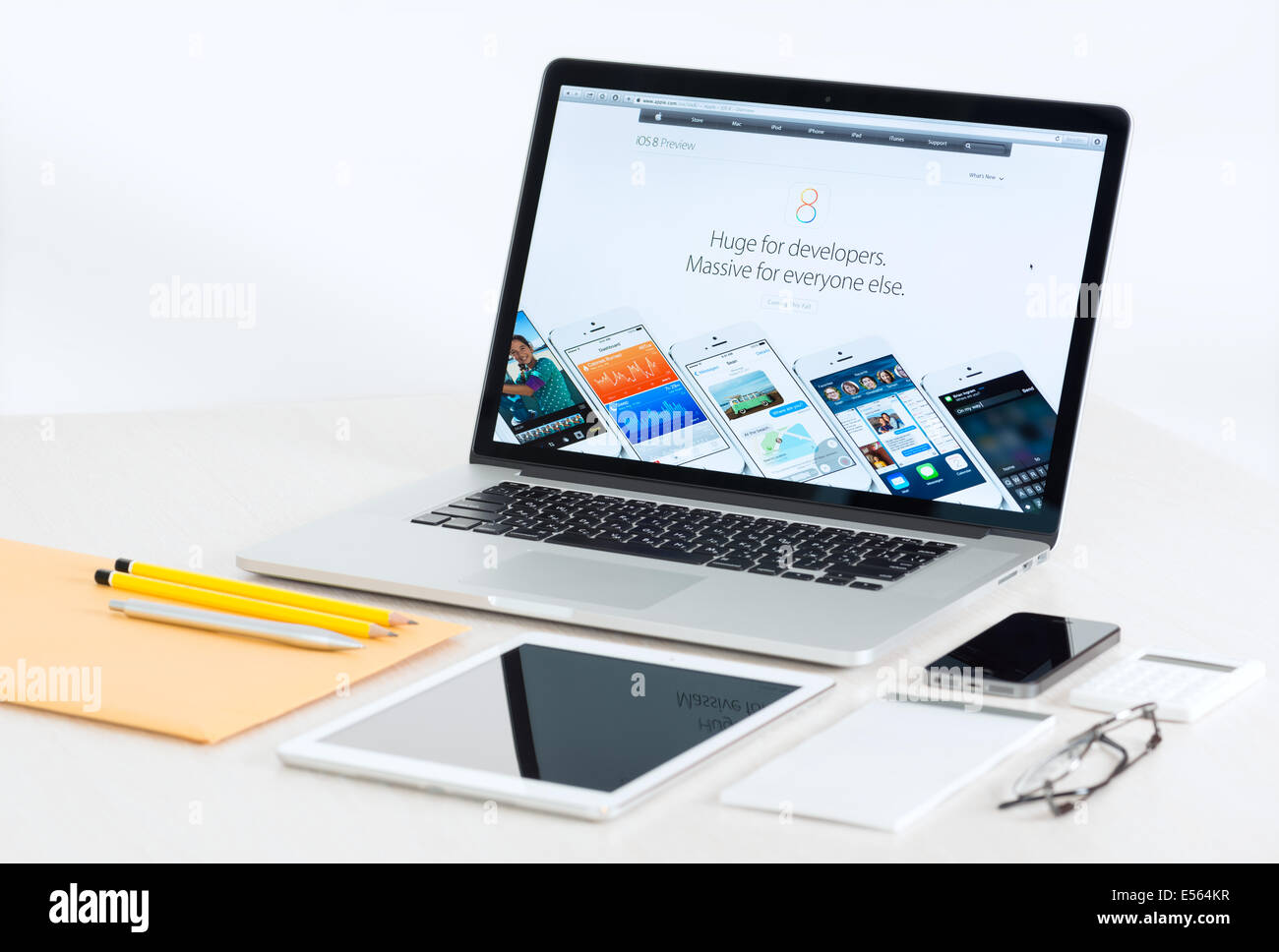 Studio shot of brand new Apple MacBook Pro avec les périphériques mobiles Apple iOS 8 pour les développeurs présentation Banque D'Images