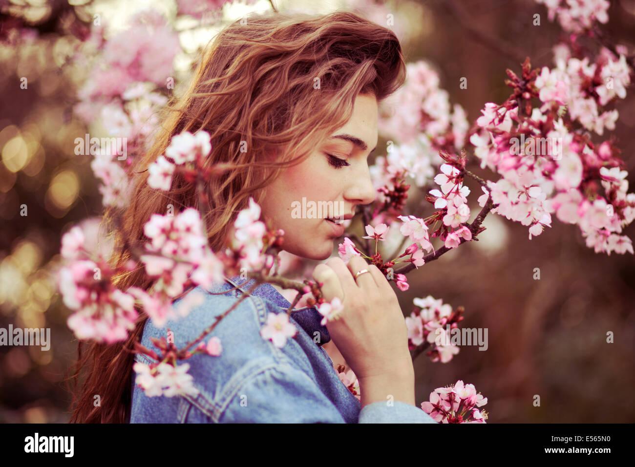 Portrait d'une jeune femme avec des fleurs de cerisier Photo Stock