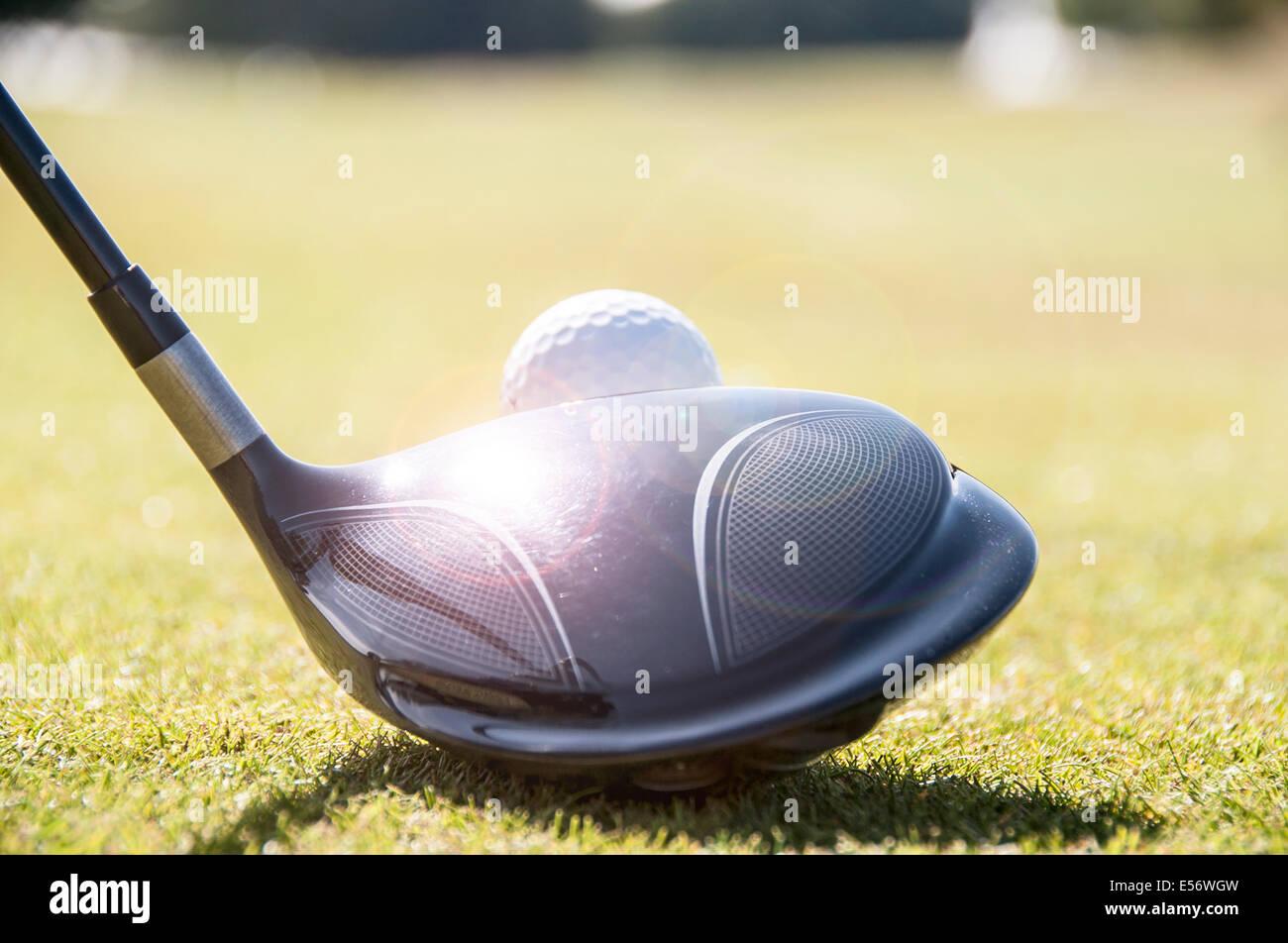 Alignement d'un golfeur driver club de golf sur le tee, prêt à frapper la balle de golf blanche. Photo Stock