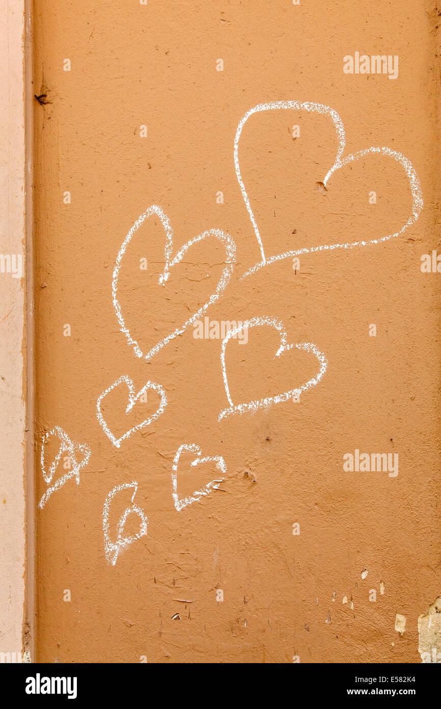 Cœurs, peint avec de la craie sur un mur de la maison, Ljubljana, Slovénie Photo Stock