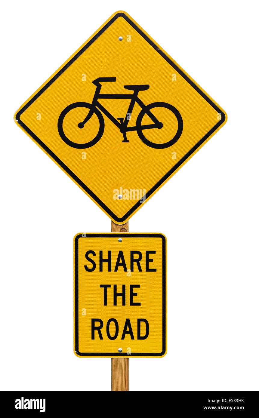 Partager la route avec les vélos panneau routier isolé sur fond blanc Banque D'Images