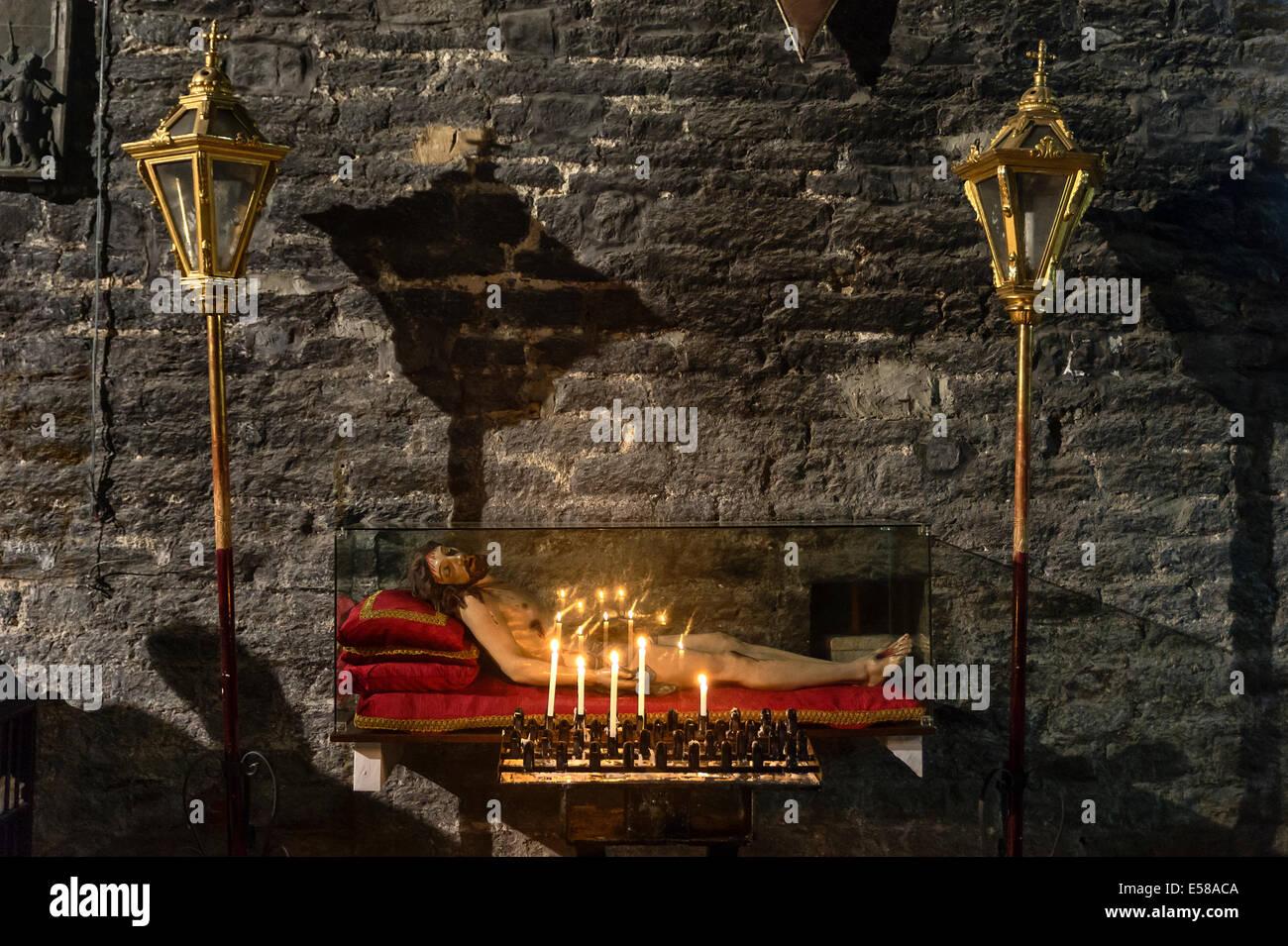 La dévotion à Jésus, de l'intérieur de l'église San Lorenzo, Porto Venere, Italie Photo Stock