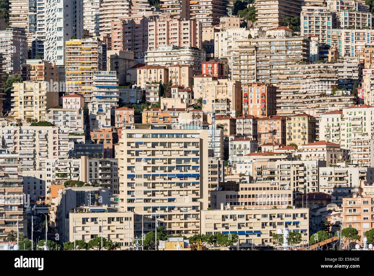 Grappe dense d'édifices de la ville de nuit. Photo Stock