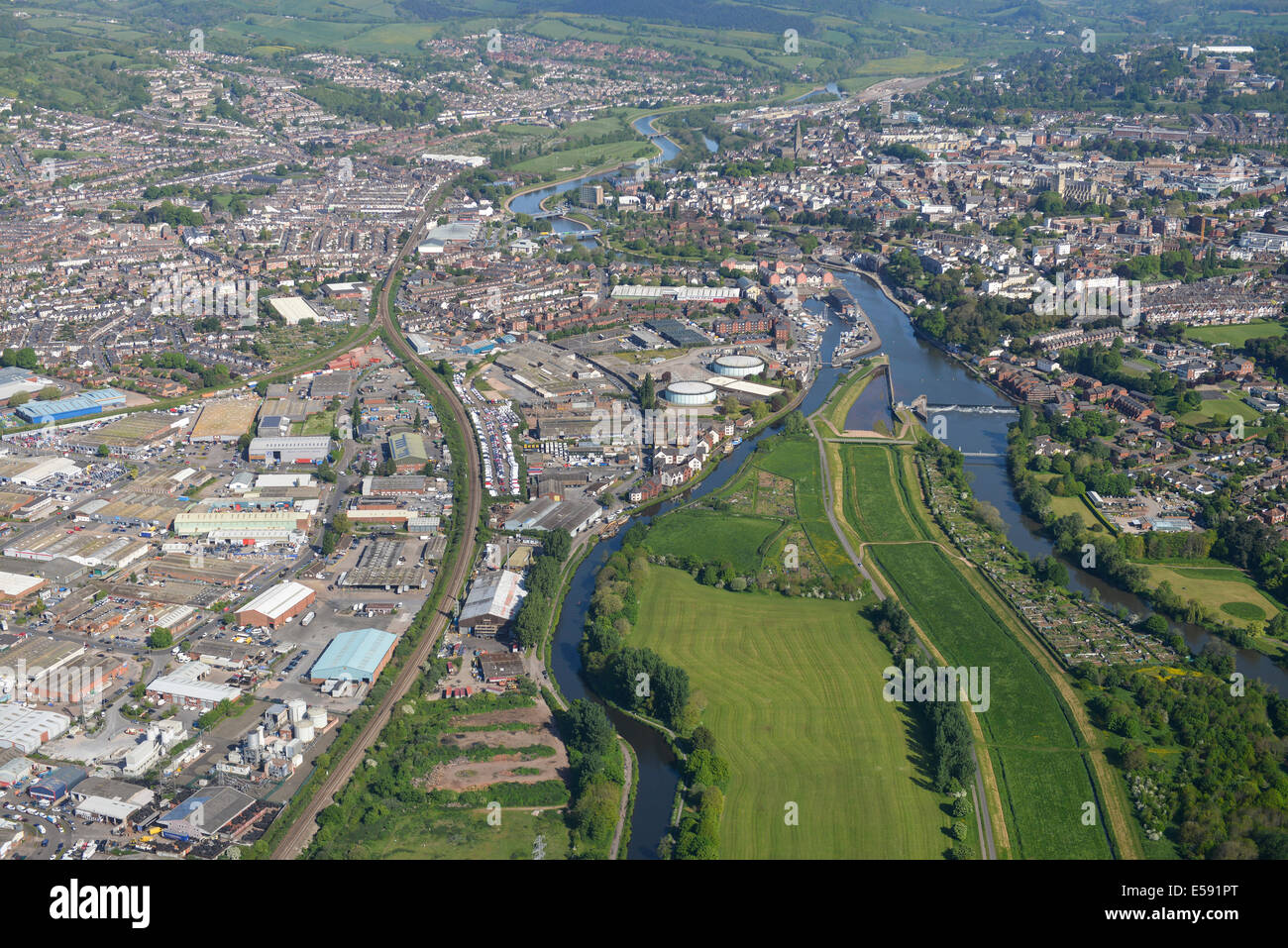 Une vue aérienne Vue vers le nord le long de la rivière Exe vers le centre-ville d'Exeter dans le Devon, UK Banque D'Images