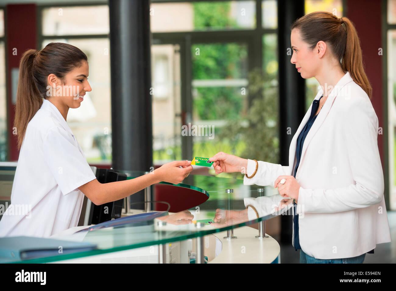 Femme française donnant la carte de sécurité sociale de