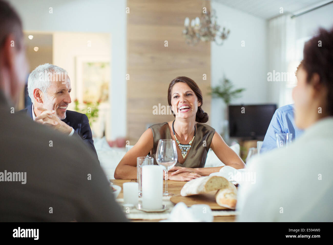 Les gens parler at dinner party Photo Stock