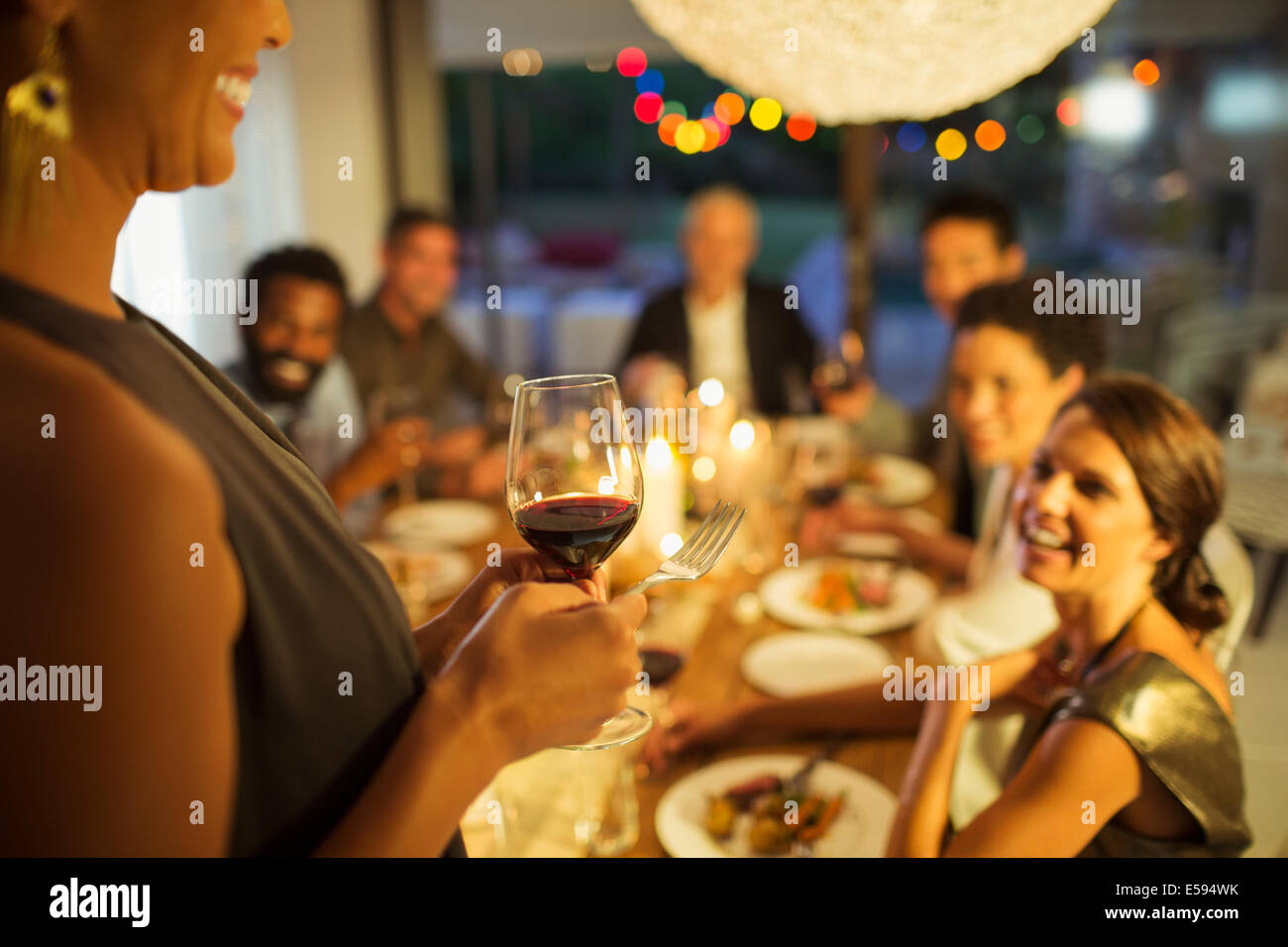 Femme proposer un toast at party Photo Stock