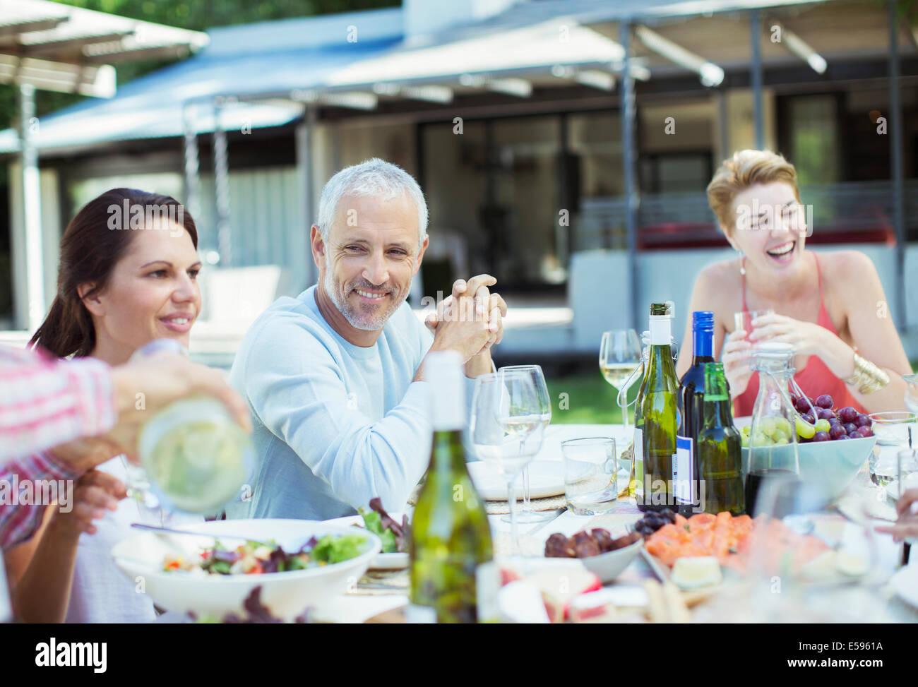 Les amis manger ensemble à l'extérieur Banque D'Images