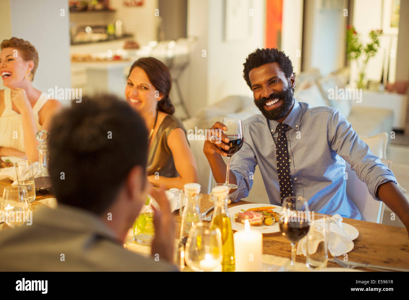 Amis parler at dinner party Photo Stock