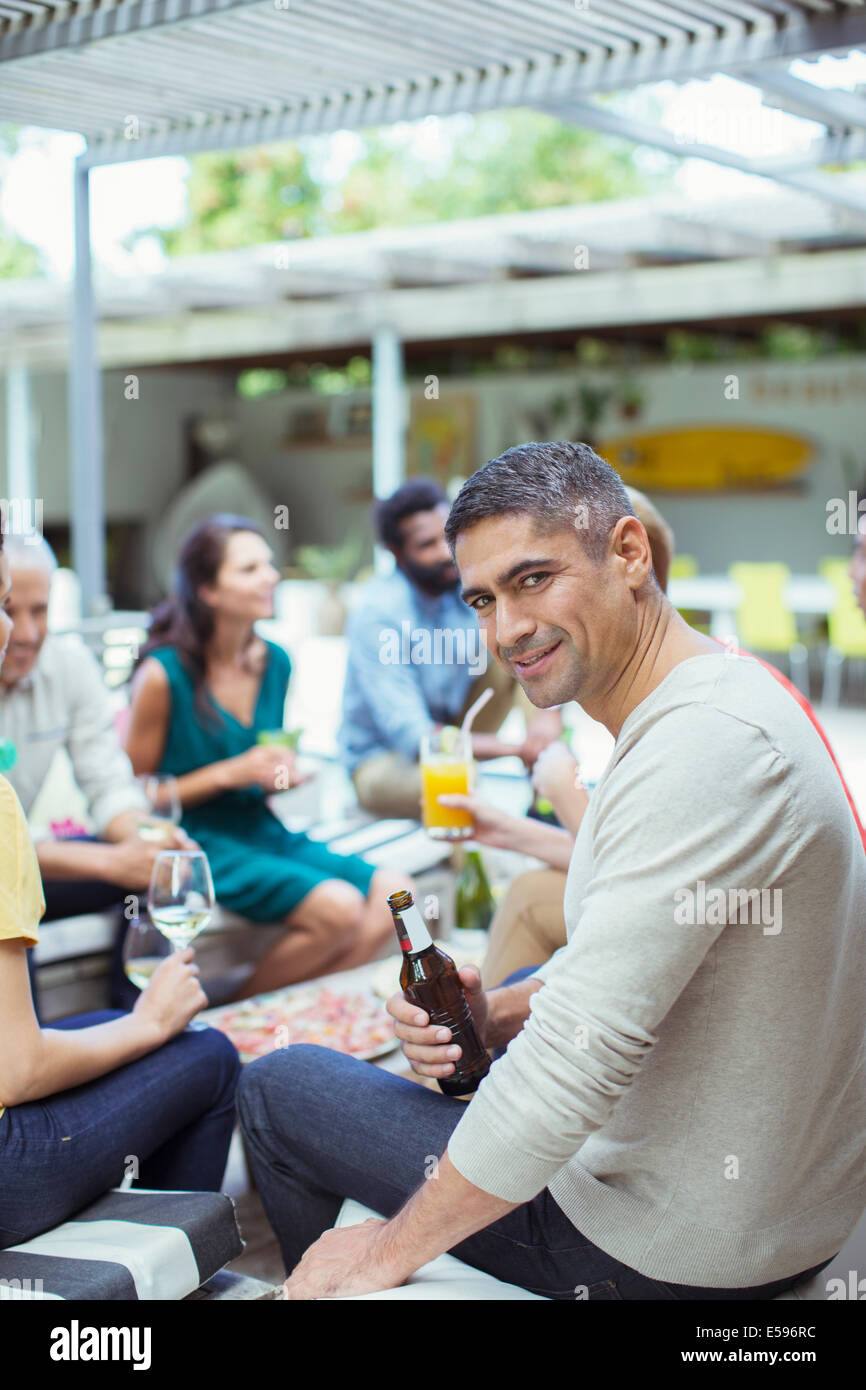 Man smiling at party Banque D'Images
