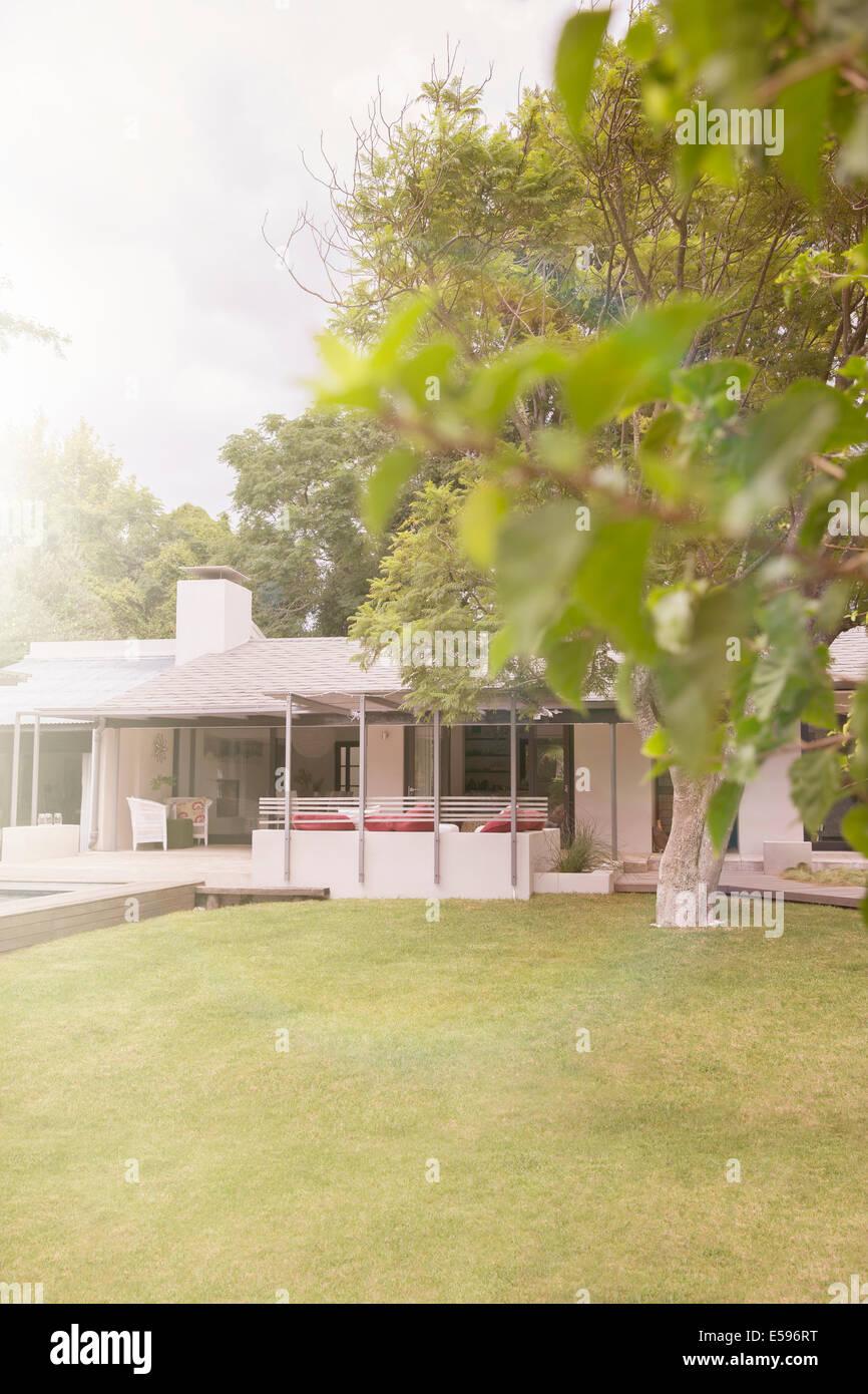 Entretenu pelouse devant maison moderne Photo Stock