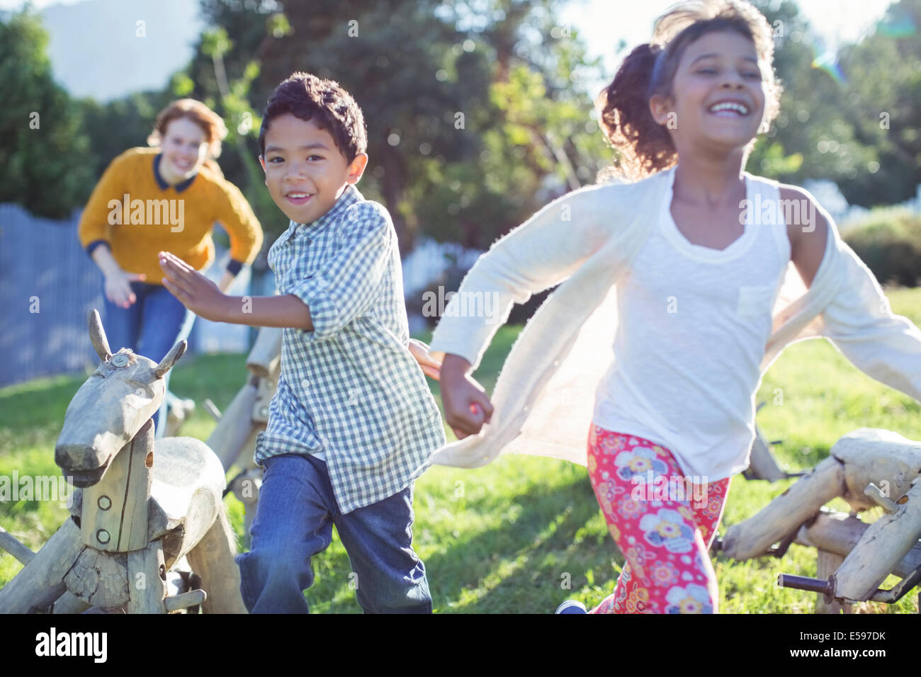 Les enfants courent dans le champ Photo Stock
