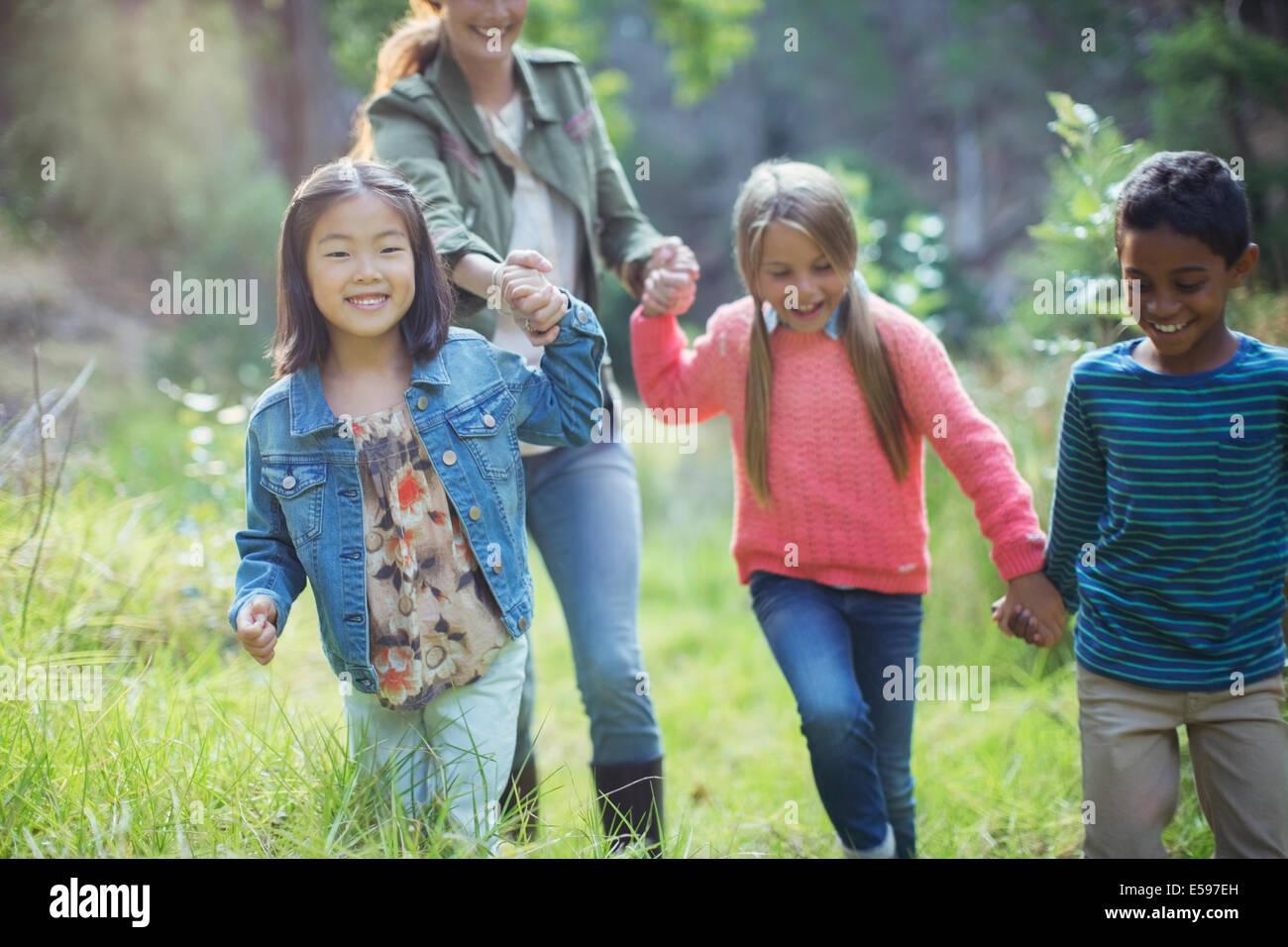 Les élèves et le professeur walking in forest Photo Stock