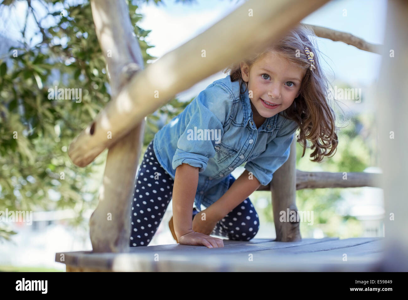 Girl climbing dans treehouse en plein air Photo Stock