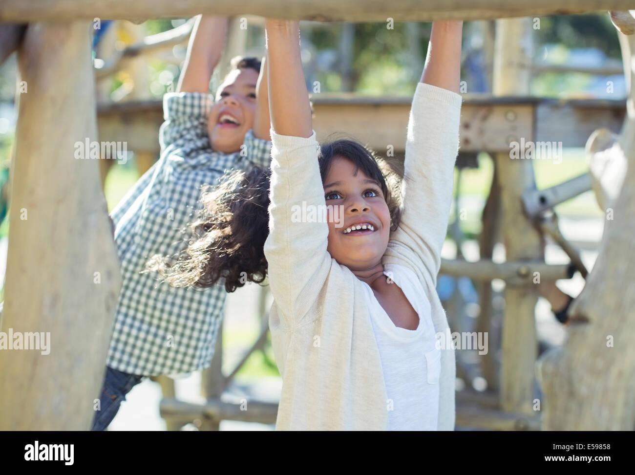 Les enfants de grimper sur les barres de singe Photo Stock
