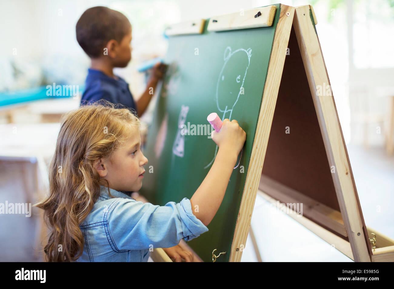 Les élèves en classe de dessin on chalkboard Banque D'Images