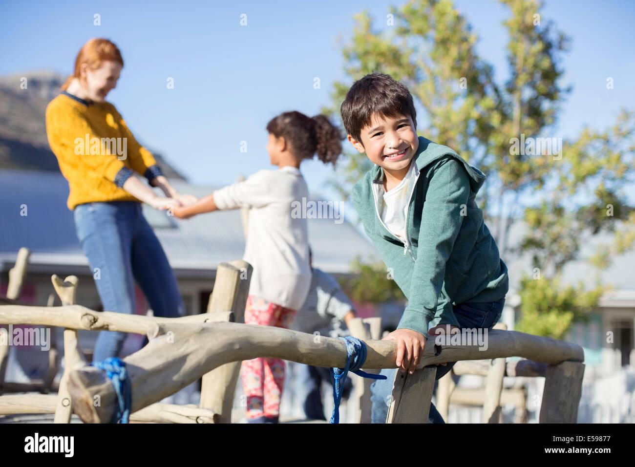 Le professeur et les élèves jouent dehors Photo Stock