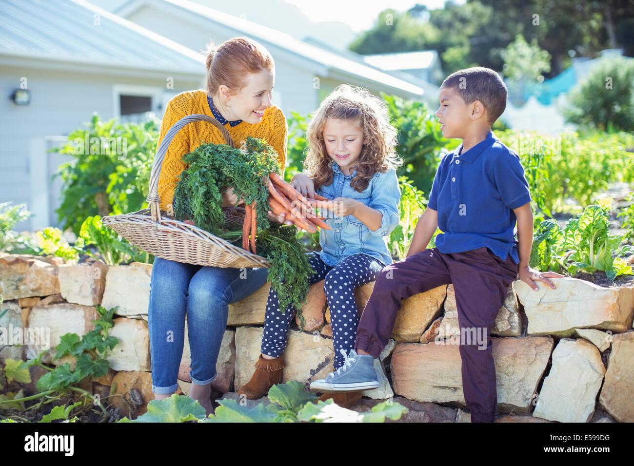L'enseignant et les étudiants dans le jardin de légumes Photo Stock