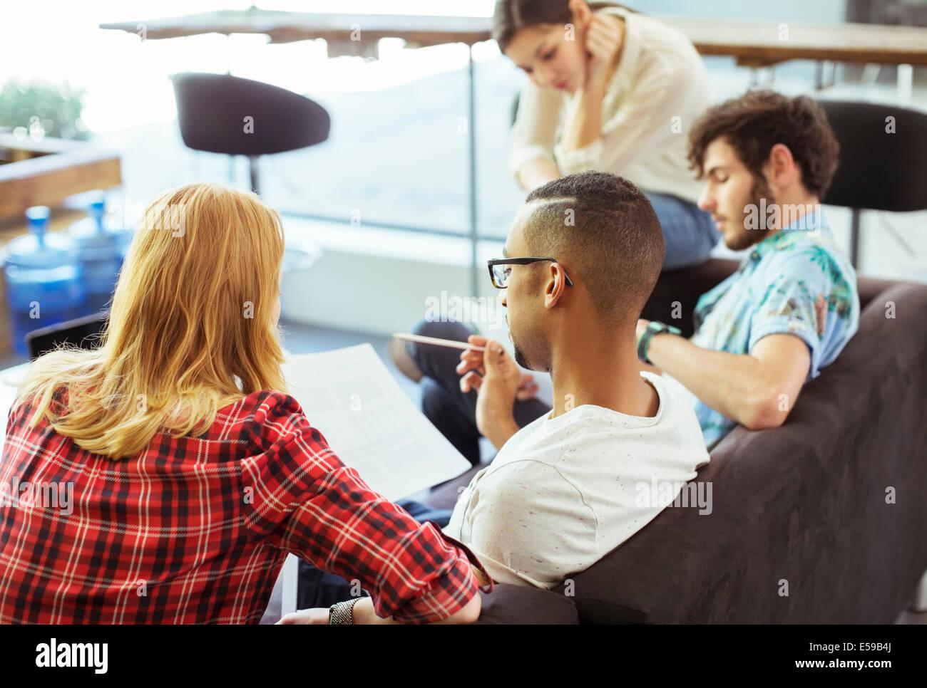 Les gens qui travaillent ensemble à l'office de tourisme Photo Stock