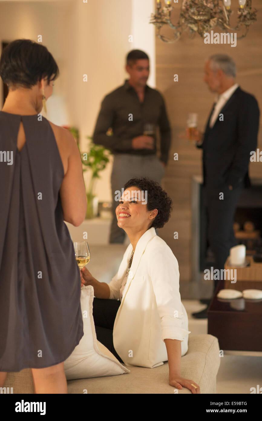 Des femmes qui parlent at party Photo Stock
