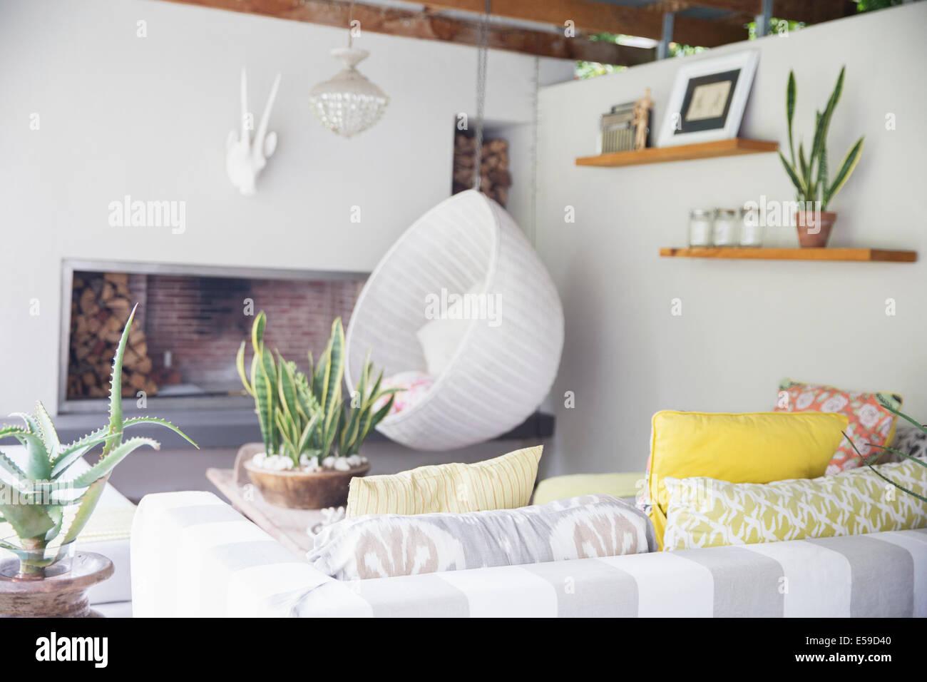 Canapé, fauteuil et cheminée dans salon moderne Photo Stock