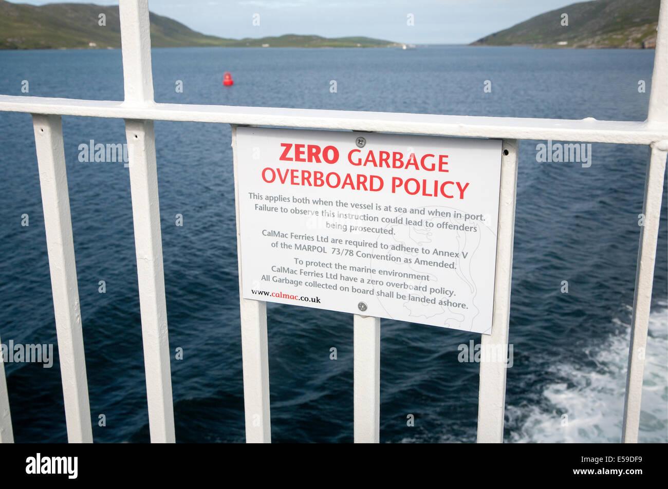 Signe de la politique zéro déchets par-dessus bord sur Caledonian Mcbrayne ferry Ecosse Photo Stock