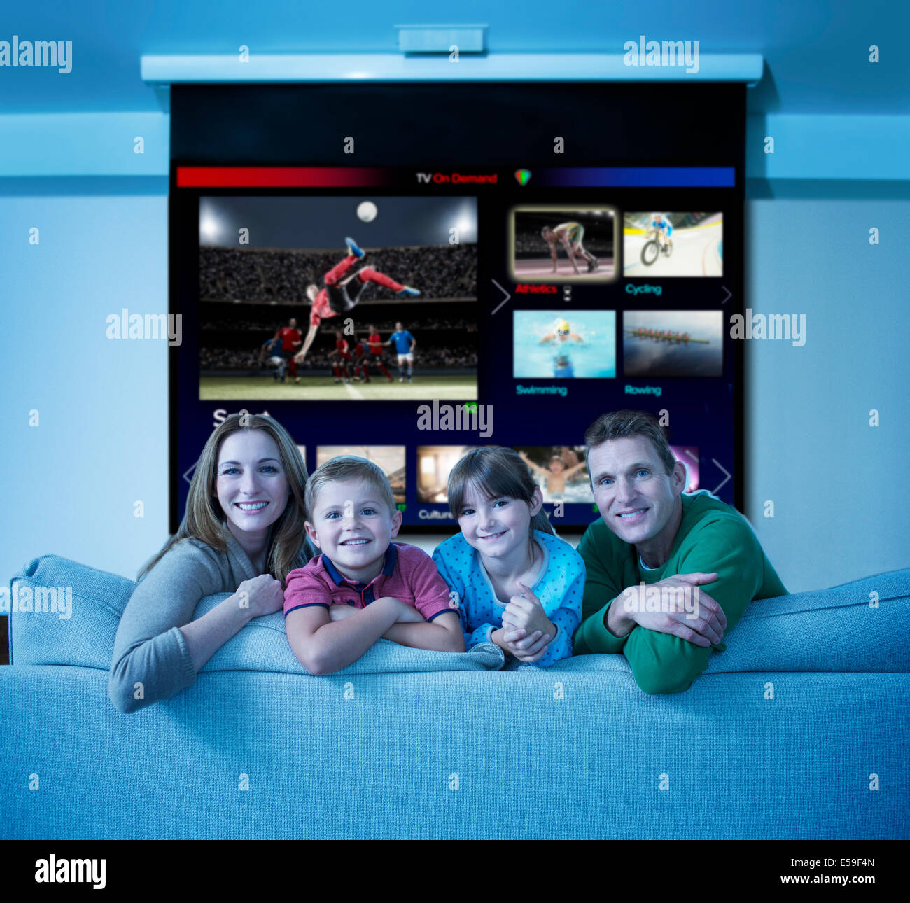 L'observation de la famille multi screen television in living room Photo Stock