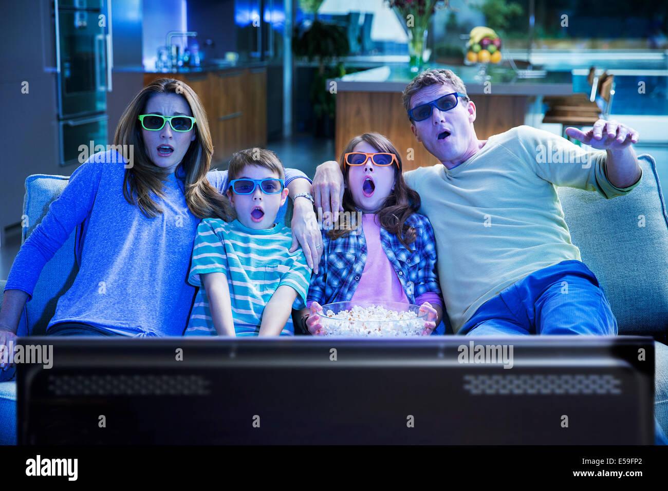 Regarder la télévision 3D de la famille dans la salle de séjour Photo Stock