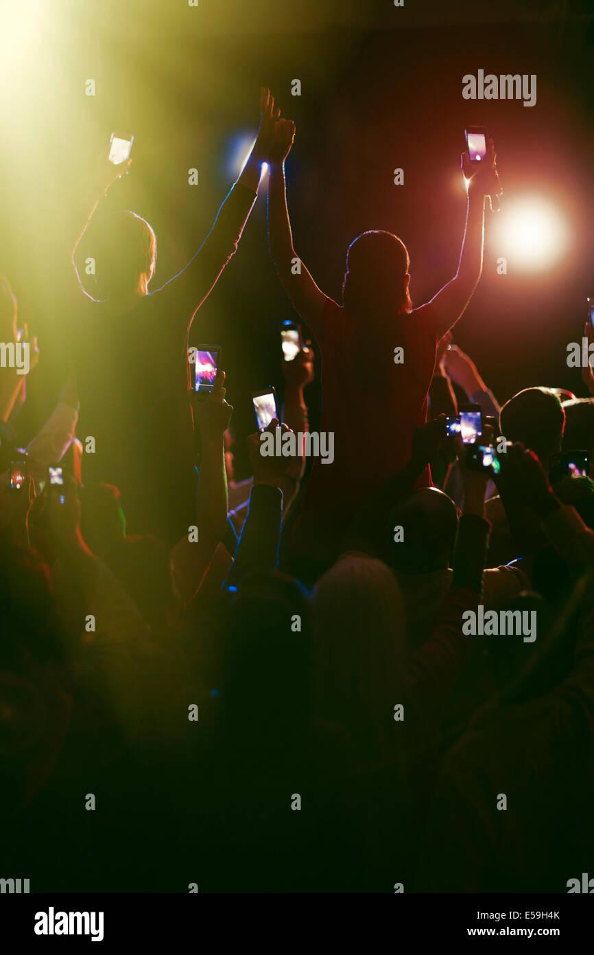Audience avec les téléphones avec appareil photo au concert Photo Stock