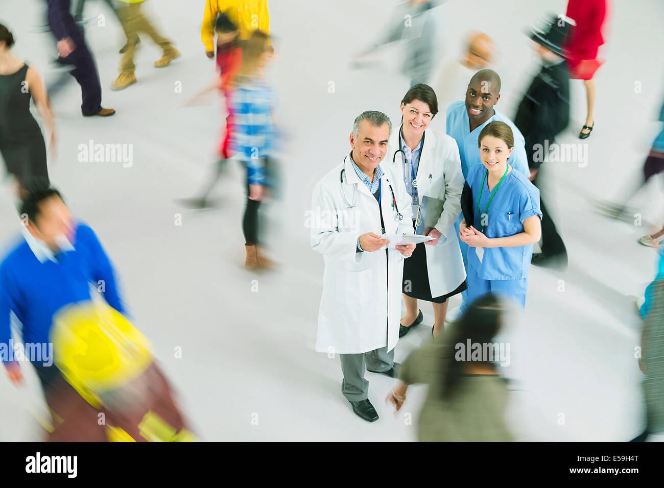 Portrait de certains médecins et infirmières parmi foule Photo Stock