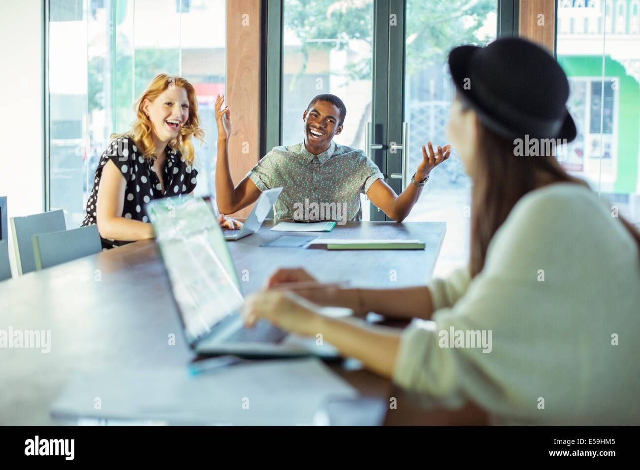 Les personnes travaillant au conference table Photo Stock