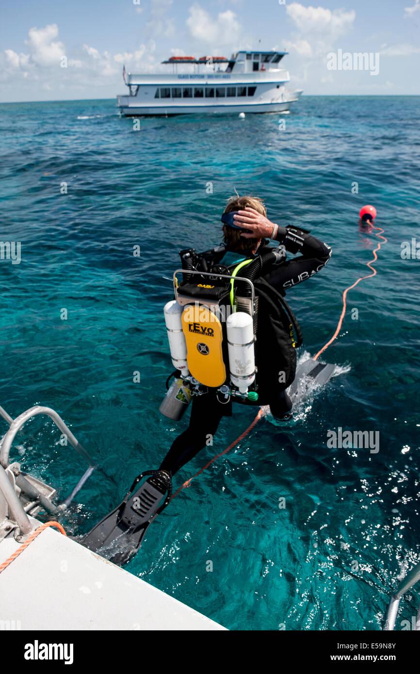 Plongeur Technique effectue des pas de géant. Photo Stock