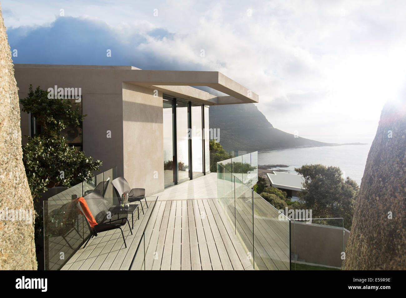 Balcon en bois de maison moderne Photo Stock