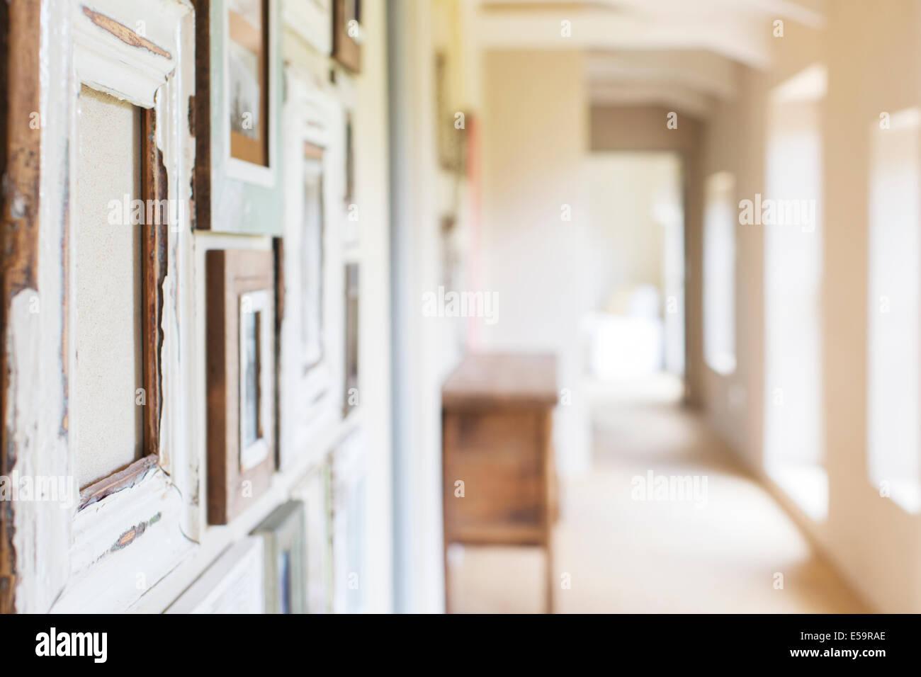 Cadres muraux décoratifs dans couloir rustique Photo Stock