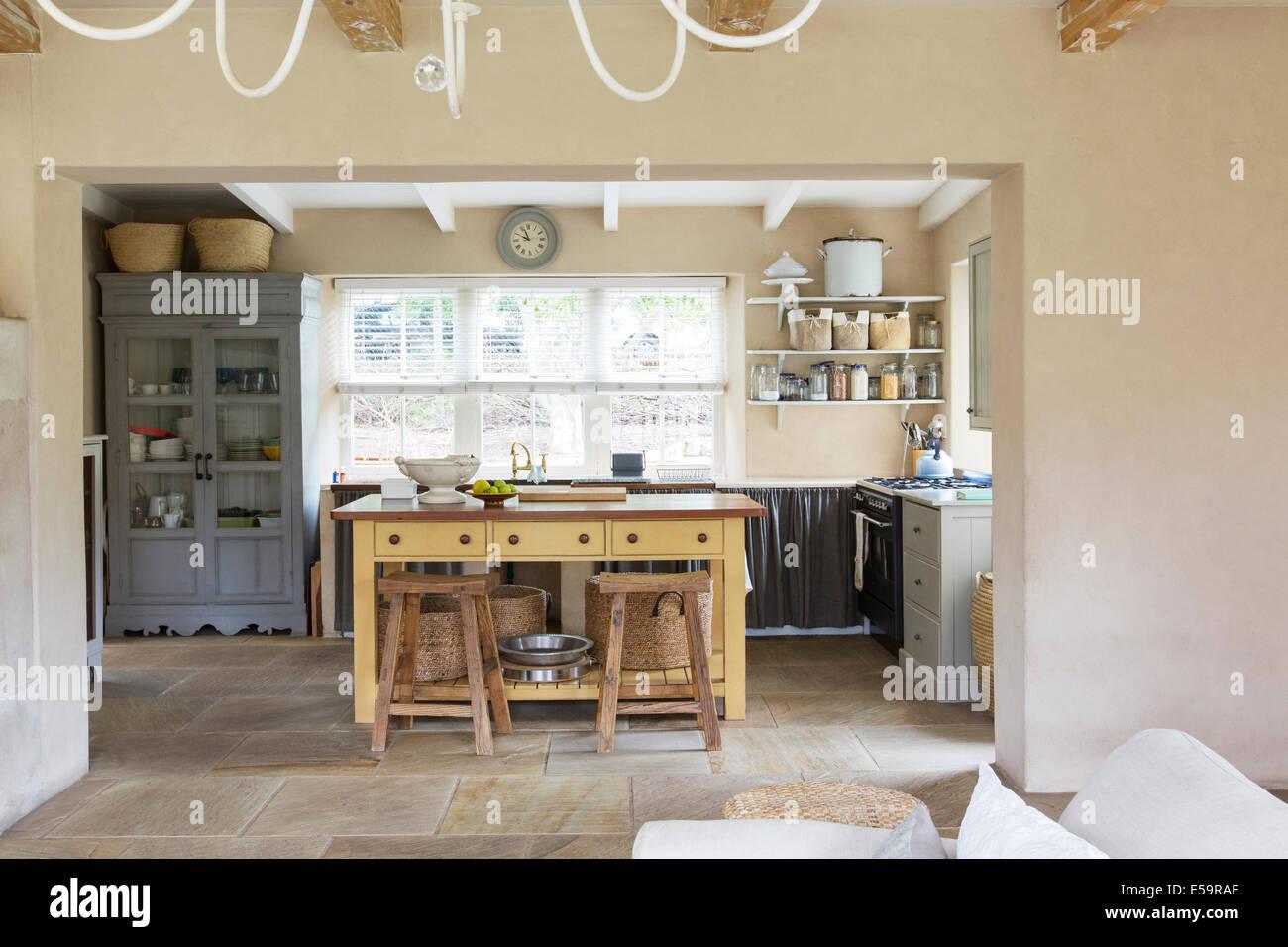 Dans l'île de cuisine maison rustique Photo Stock