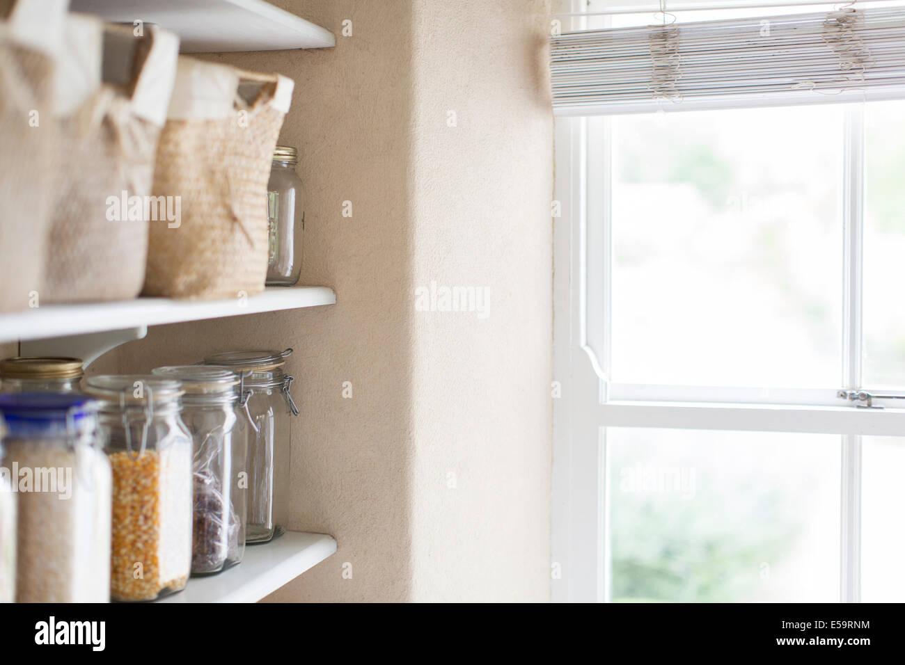 Les marchandises sèches et la fenêtre de pantry Photo Stock