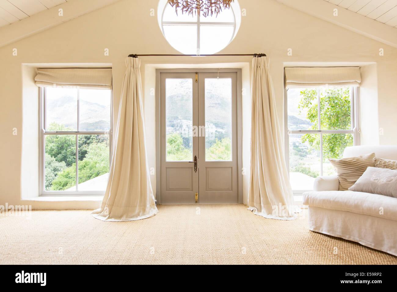 Les rideaux et les portes avant de maison rustique Photo Stock