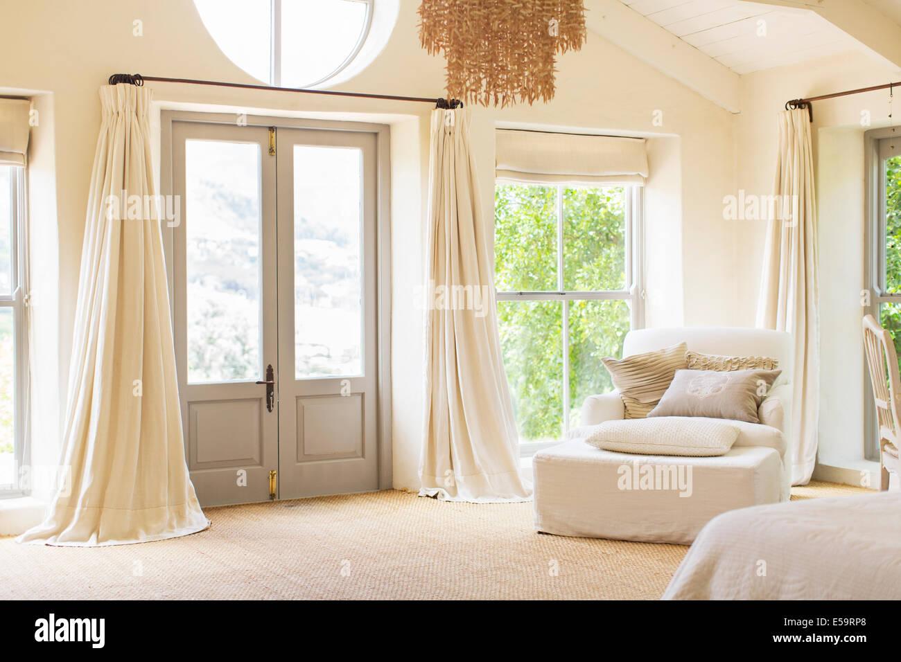Porte avant et fauteuil dans maison rustique Photo Stock