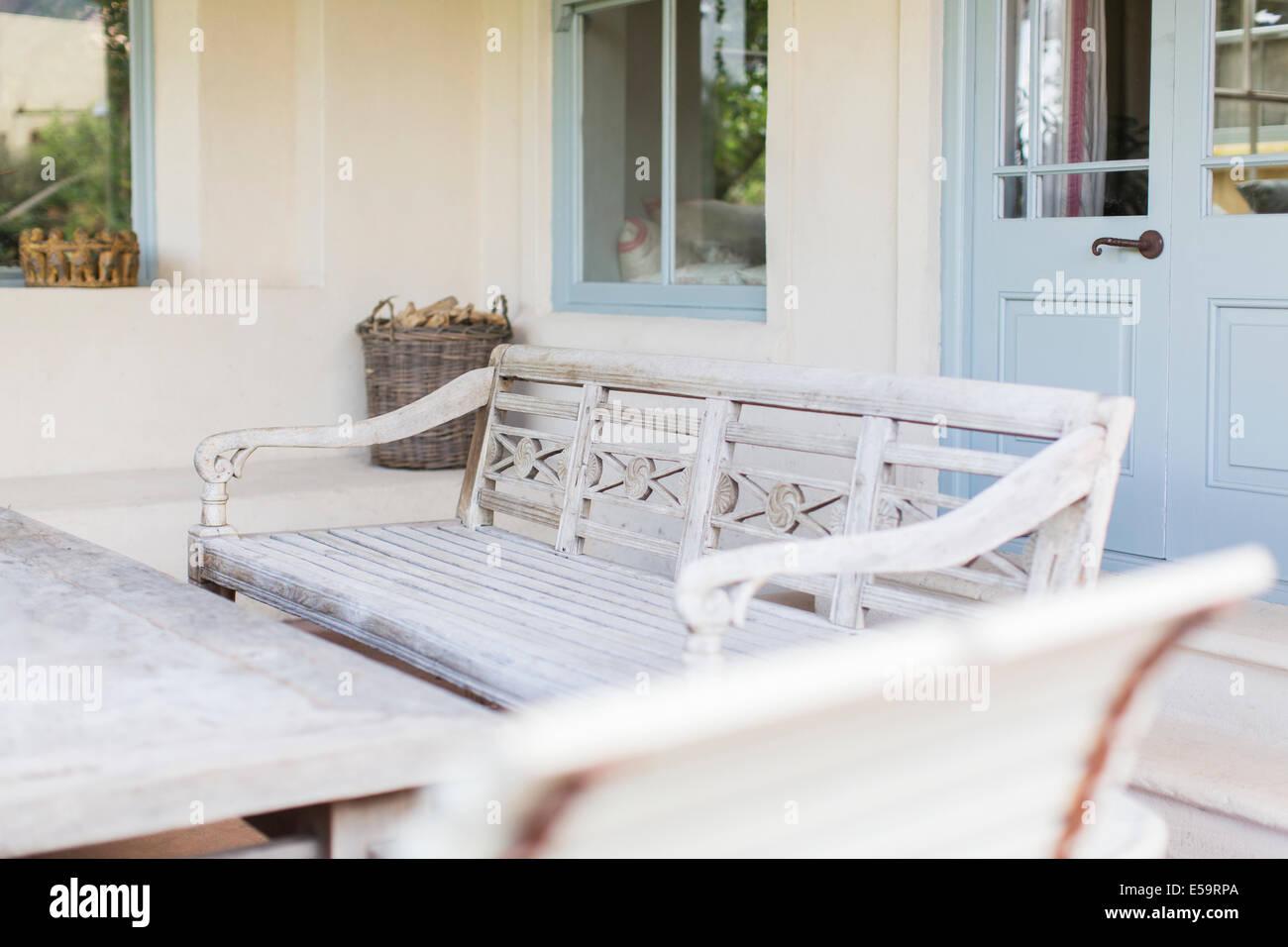 Banc et table de jardin moderne Photo Stock