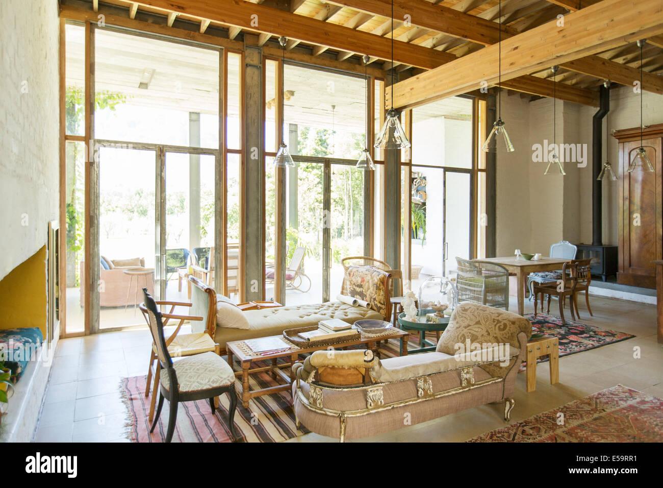 Salon et salle à manger de maison rustique Photo Stock