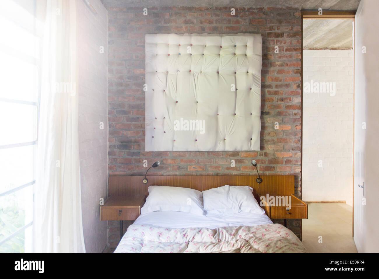 Tenture murale dans chambre à coucher moderne Photo Stock
